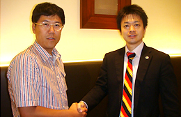 熊倉智光と有限会社フロンティア代表取締役 小森康一さん